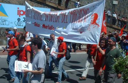 Trotsky banner at G8 protest in Genoa